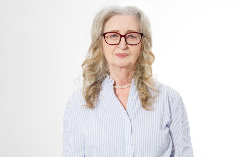 Ανώτερη επιχειρησιακή γυναίκα με τα μοντέρνα γυαλιά και το πρόσωπο ρυτίδων που απομονώνεται στο άσπρο υπόβαθρο Ώριμη υγιής κυρία  στοκ εικόνα με δικαίωμα ελεύθερης χρήσης