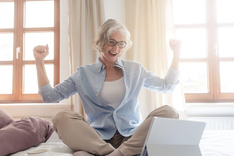 Ανώτερη επιχειρησιακή γυναίκα που διεγείρεται για μια επιτυχία στοκ εικόνες