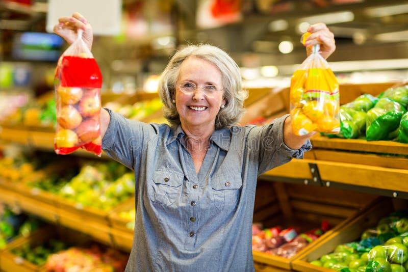 Ανώτερη ευτυχής τσάντα εκμετάλλευσης γυναικών των φρούτων στοκ φωτογραφία