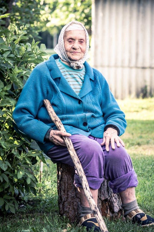 Ανώτερη κυρία με έναν κάλαμο, άνθρωποι επαρχίας στοκ φωτογραφία