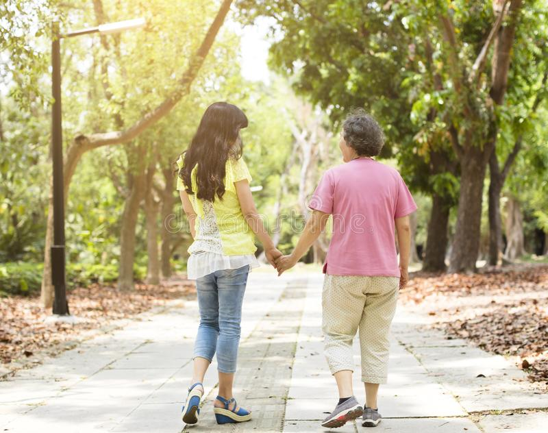 Ανώτερη μητέρα με το περπάτημα κορών στοκ εικόνα