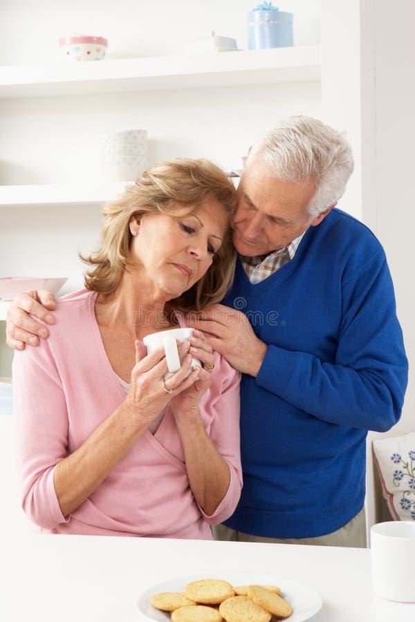 Ανώτερη παρηγορώντας σύζυγος ατόμων στοκ φωτογραφίες