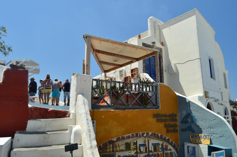 Ανώτερη πρόσοψη των κτηρίων στον όμορφο κεντρικό δρόμο Oia στο νησί Santorini Αρχιτεκτονική, τοπία, ταξίδι, χρώμιο στοκ φωτογραφίες