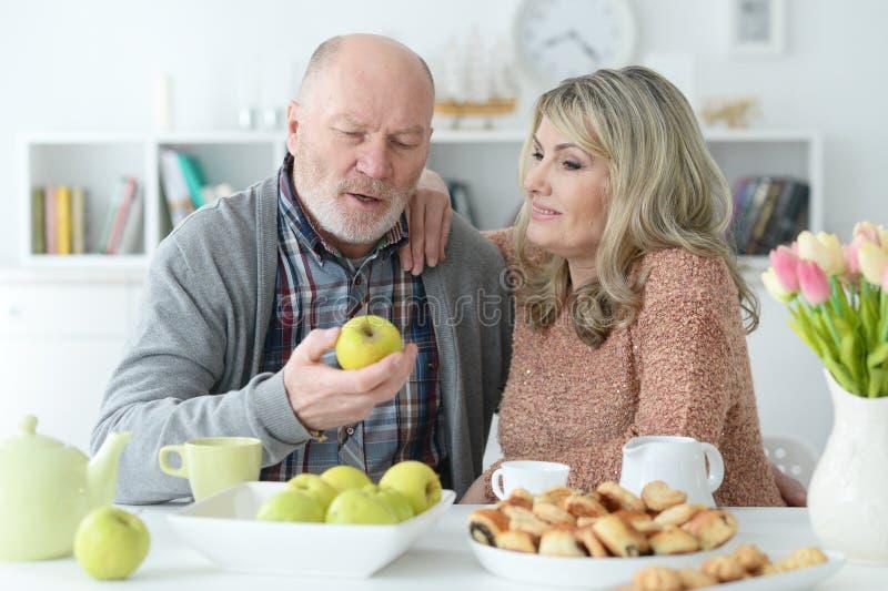 Ανώτερη συνεδρίαση ζευγών στον πίνακα κουζινών στοκ εικόνα με δικαίωμα ελεύθερης χρήσης
