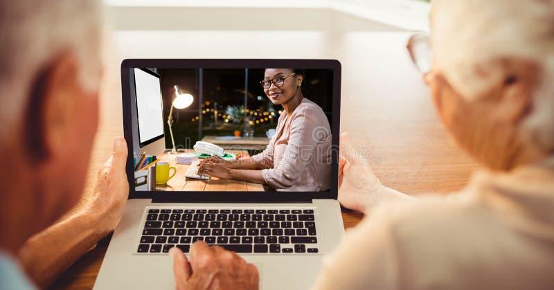 Ανώτερη τηλεοπτική σύσκεψη ανδρών και γυναικών στο lap-top στοκ φωτογραφία με δικαίωμα ελεύθερης χρήσης