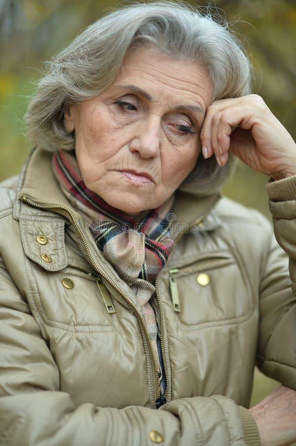 Ανώτερη λυπημένη γυναίκα στοκ εικόνες