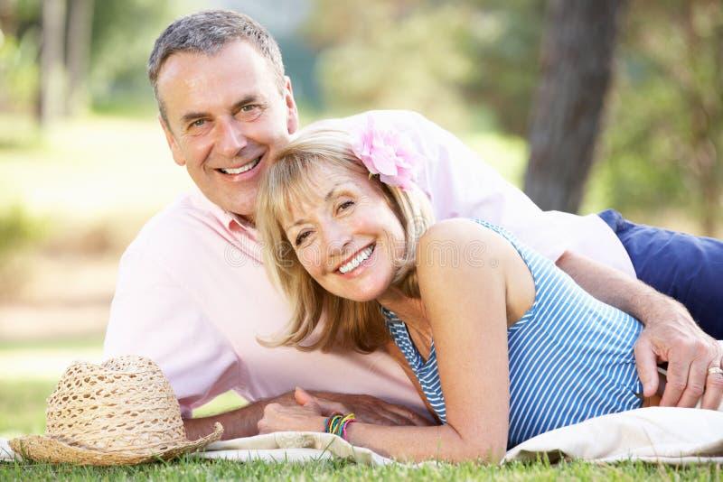 Ανώτερη χαλάρωση ζεύγους στο θερινό κήπο στοκ φωτογραφία με δικαίωμα ελεύθερης χρήσης