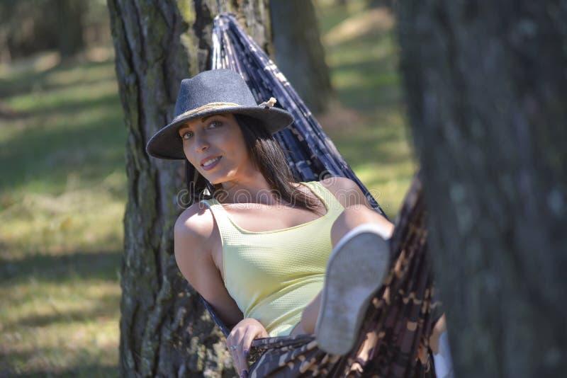 Ανώτερη χαλάρωση γυναικών στην αιώρα στοκ φωτογραφίες με δικαίωμα ελεύθερης χρήσης