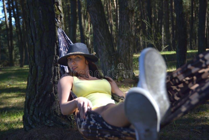Ανώτερη χαλάρωση γυναικών στην αιώρα στοκ φωτογραφία