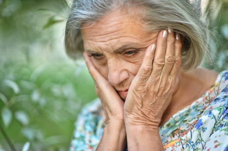 Ανώτερη όμορφη λυπημένη γυναίκα στοκ φωτογραφία