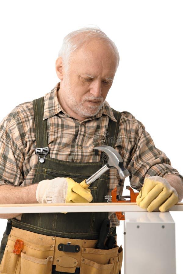 Ανώτερη handyman σφυρηλάτηση στοκ εικόνα με δικαίωμα ελεύθερης χρήσης