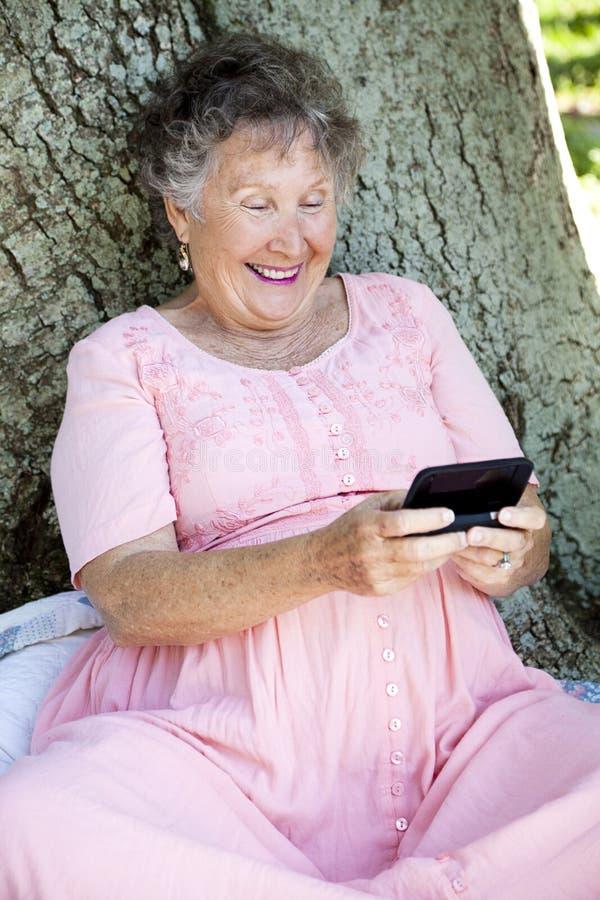 ανώτερη texting γυναίκα στοκ εικόνες