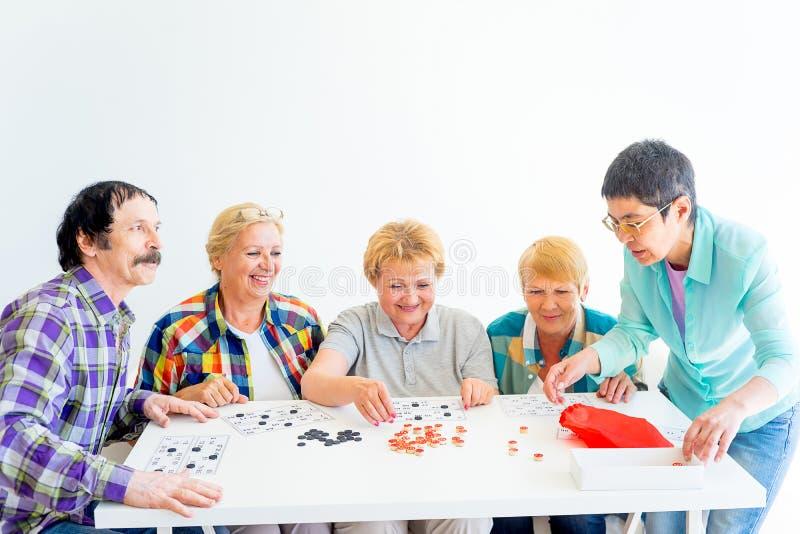 Ανώτεροι άνθρωποι που παίζουν τα επιτραπέζια παιχνίδια στοκ εικόνες