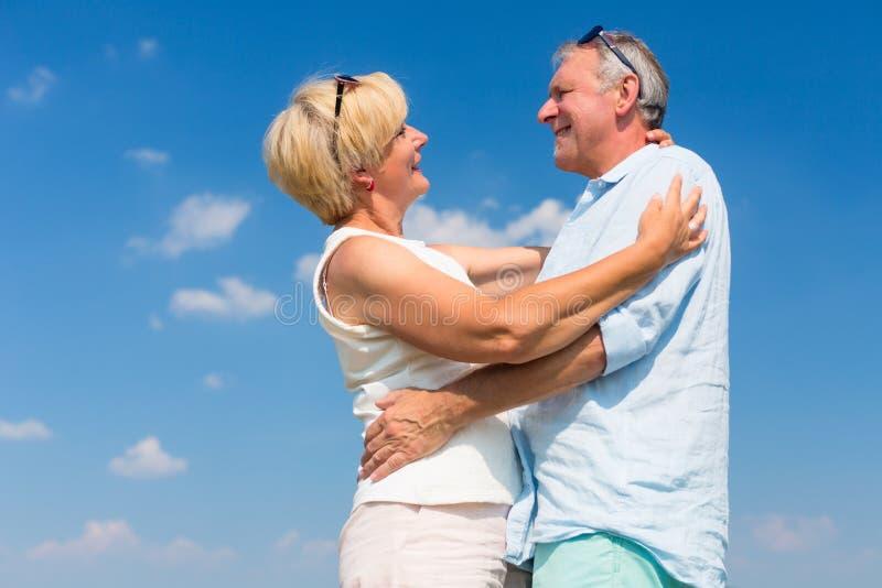Ανώτεροι άνδρας και γυναίκα που αγκαλιάζουν η μια την άλλη στοκ εικόνες
