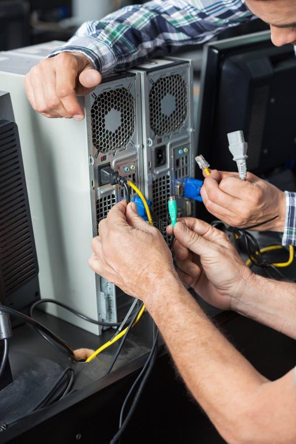 Ανώτεροι άτομο και τεχνικός που εγκαθιστούν τον υπολογιστή στην τάξη στοκ φωτογραφία με δικαίωμα ελεύθερης χρήσης
