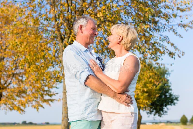 Ανώτεροι γυναίκα και άνδρας, ζεύγος, που αγκαλιάζουν ο ένας τον άλλον στοκ εικόνα