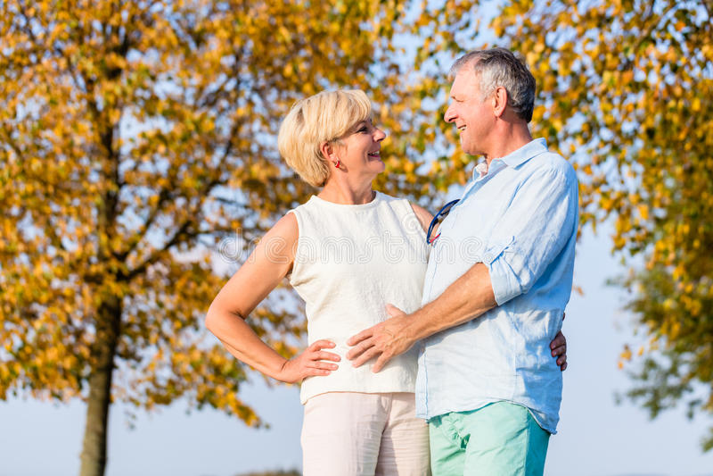 Ανώτεροι γυναίκα και άνδρας, ζεύγος, που αγκαλιάζουν ο ένας τον άλλον στοκ εικόνες με δικαίωμα ελεύθερης χρήσης
