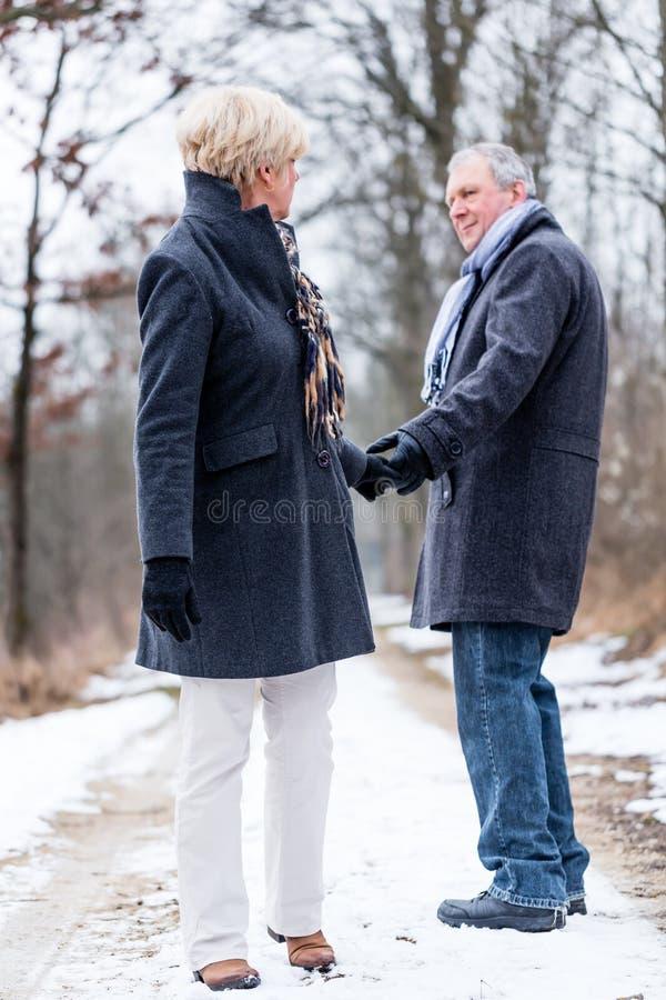 Ανώτεροι γυναίκα και άνδρας που λένε αντίο στοκ εικόνες