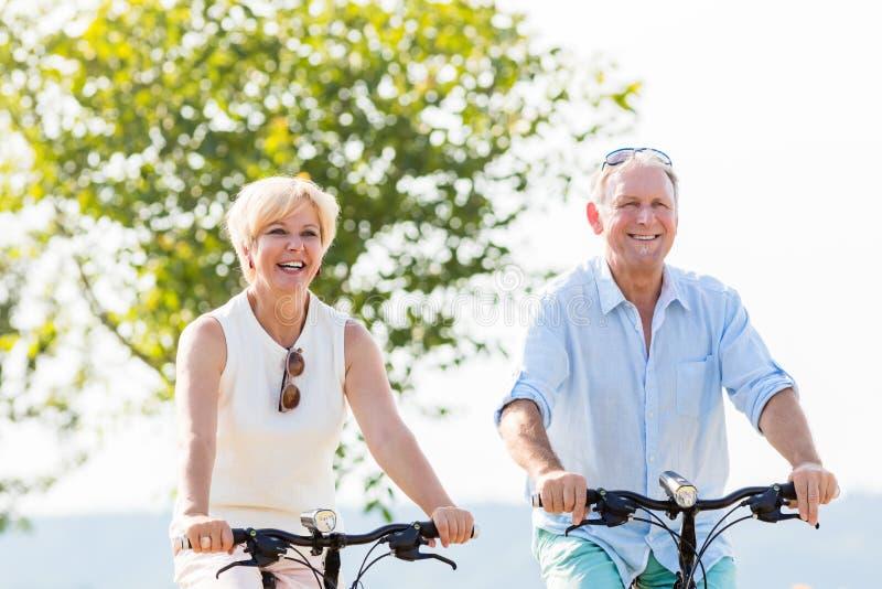 Ανώτεροι γυναίκα και άνδρας στο γύρο ποδηλάτων στοκ εικόνες με δικαίωμα ελεύθερης χρήσης