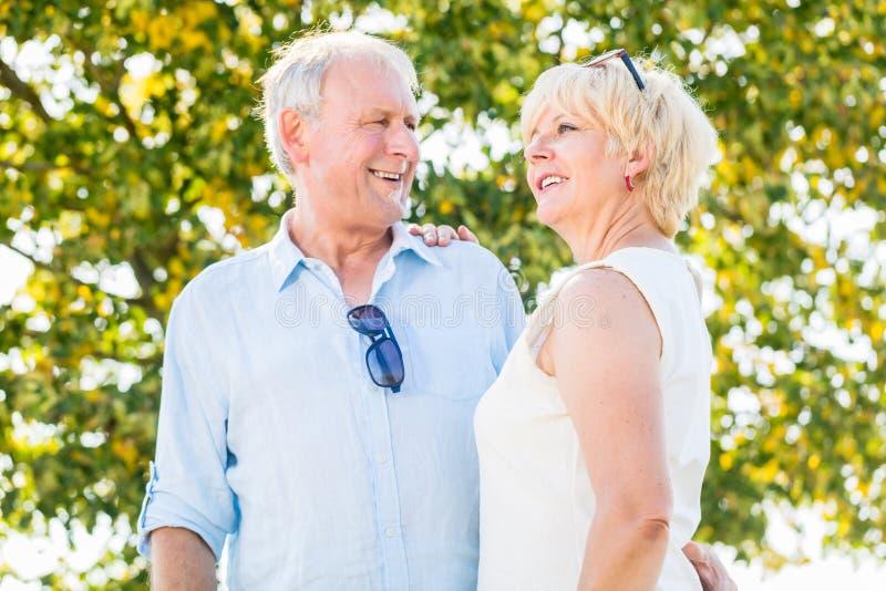 Ανώτεροι ζεύγος, γυναίκα και άνδρας, που έχουν τον περίπατο στοκ φωτογραφίες με δικαίωμα ελεύθερης χρήσης