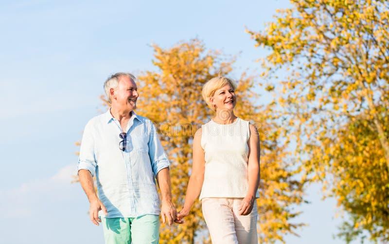 Ανώτεροι ζεύγος, γυναίκα και άνδρας, που έχουν τον περίπατο στοκ εικόνες