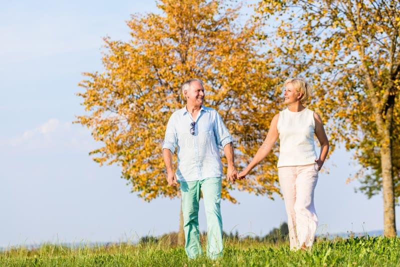 Ανώτεροι ζεύγος, γυναίκα και άνδρας, που έχουν τον περίπατο στοκ φωτογραφία με δικαίωμα ελεύθερης χρήσης