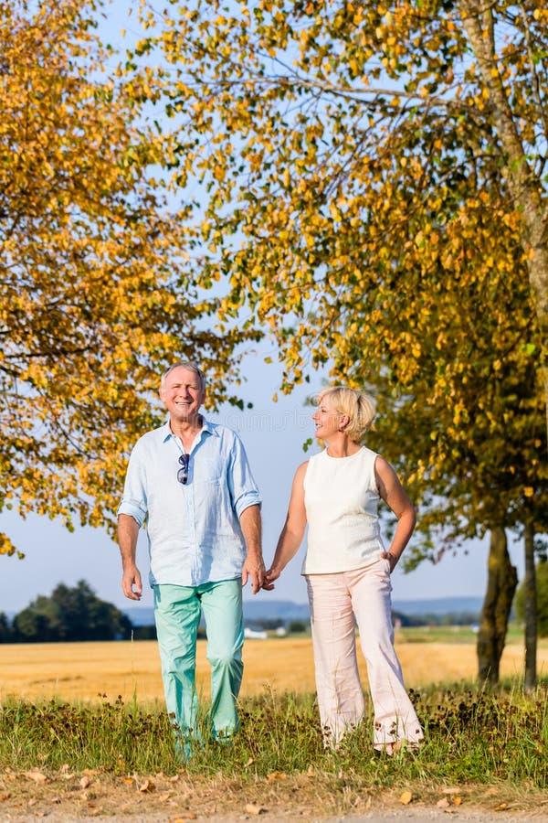 Ανώτεροι ζεύγος, γυναίκα και άνδρας, που έχουν τον περίπατο στοκ εικόνα με δικαίωμα ελεύθερης χρήσης
