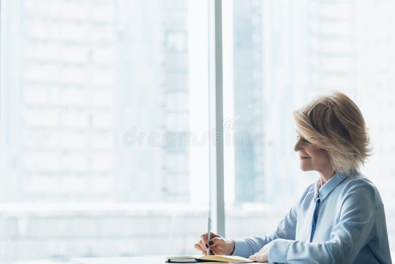 Ανώτεροι στόχοι ημερήσιων διατάξεων προγραμματισμού επιχειρησιακών γυναικών στοκ φωτογραφία