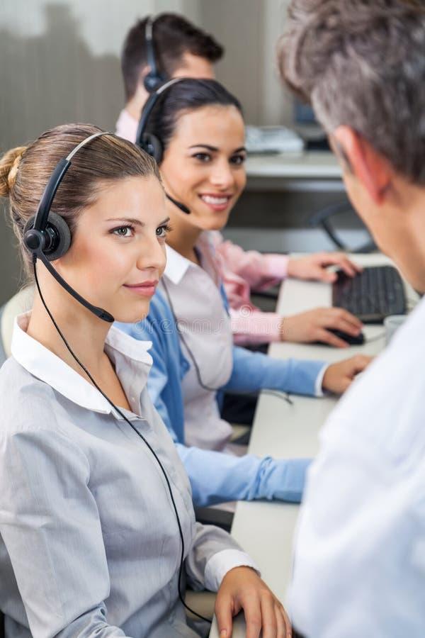 Ανώτεροι υπάλληλοι εξυπηρέτησης πελατών που εξετάζουν το διευθυντή στοκ φωτογραφίες με δικαίωμα ελεύθερης χρήσης