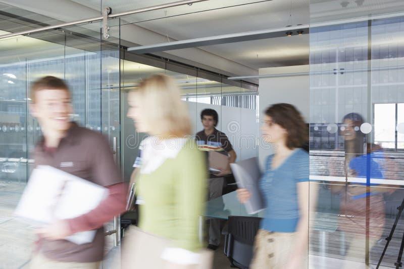 Ανώτεροι υπάλληλοι που αφήνουν τη αίθουσα συνδιαλέξεων στοκ φωτογραφία με δικαίωμα ελεύθερης χρήσης