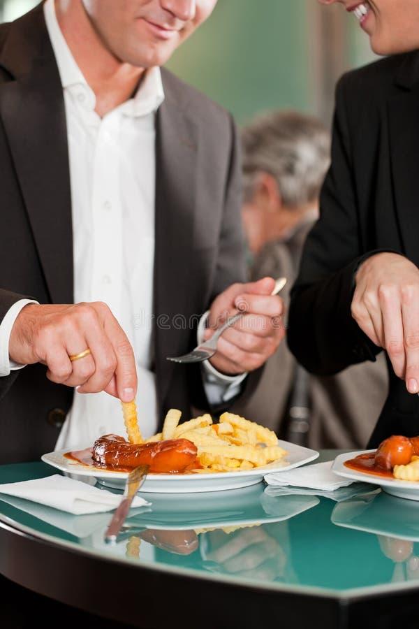 Ανώτεροι υπάλληλοι που τρώνε το εύγευστο γεύμα από κοινού στοκ εικόνες