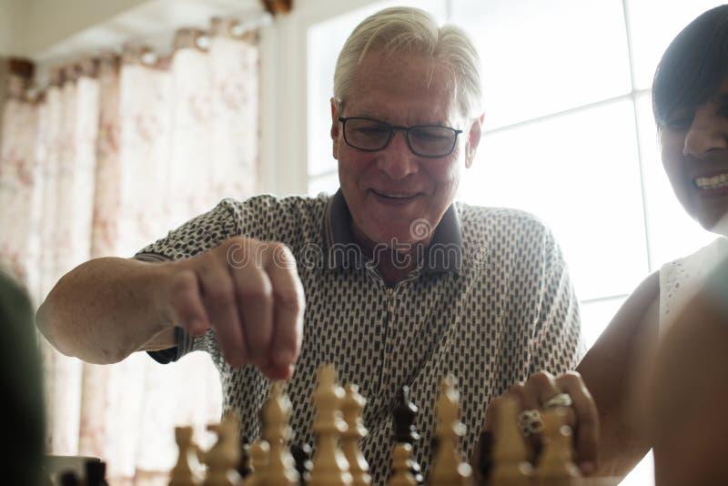 Ανώτεροι φίλοι που παίζουν το σκάκι από κοινού στοκ φωτογραφία