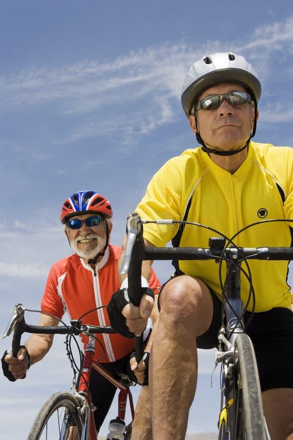 Ανώτερος αρσενικός αγώνας ποδηλατών στοκ φωτογραφία