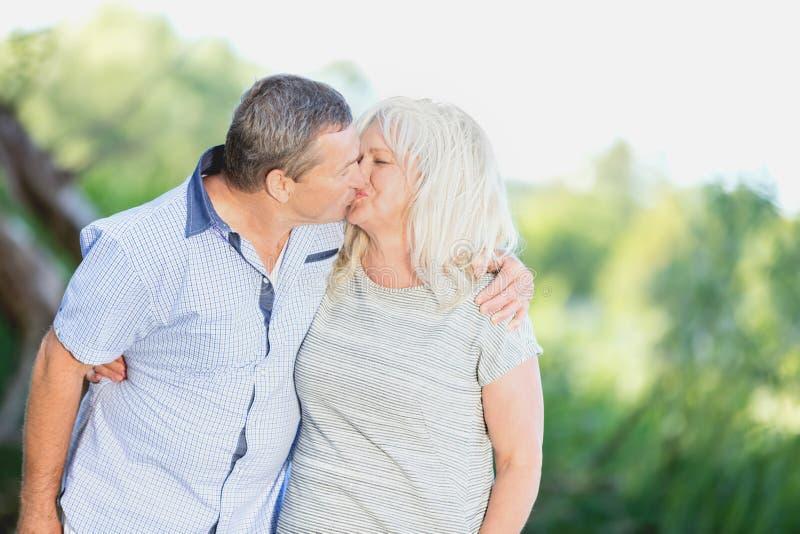 Ανώτερος γάμος που φιλά στοργικά στοκ φωτογραφίες