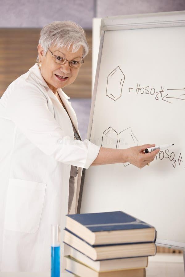 Ανώτερος δάσκαλος που εξηγεί τους μοριακούς τύπους στοκ φωτογραφίες
