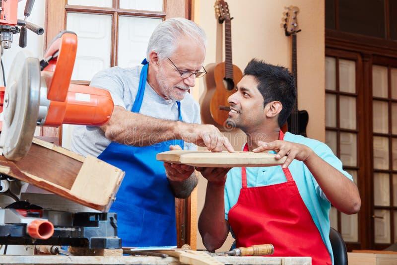 Ανώτερος εκπαιδευόμενος διδασκαλίας βιοτεχνών στοκ εικόνα