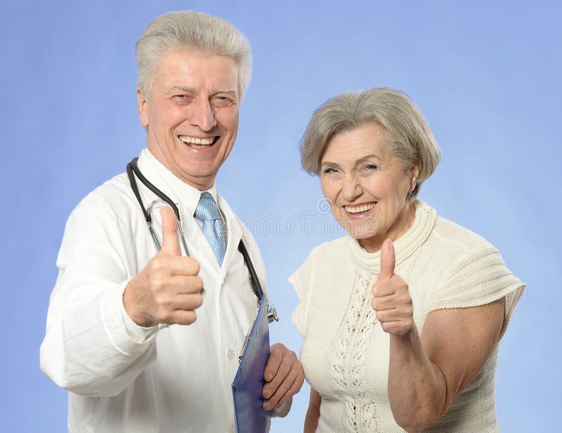 Ανώτερος επισκεπτόμενος γιατρός γυναικών στοκ φωτογραφίες