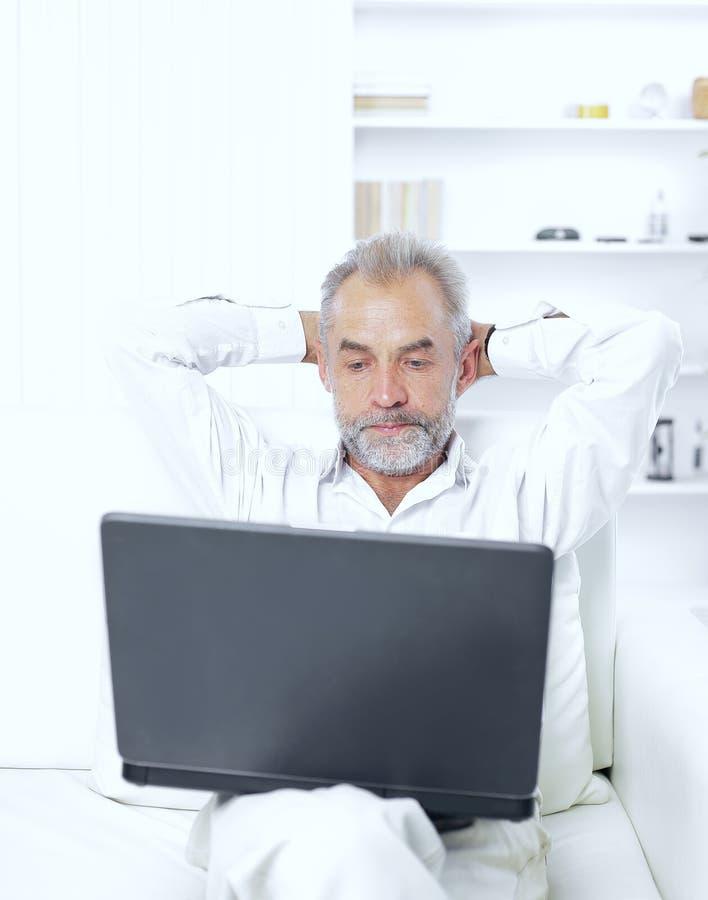 Ανώτερος επιχειρηματίας που εργάζεται στο lap-top στο γραφείο του στοκ εικόνα με δικαίωμα ελεύθερης χρήσης