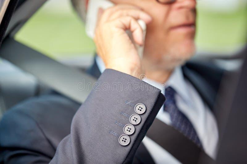 Ανώτερος επιχειρηματίας που καλεί το smartphone στο αυτοκίνητο στοκ εικόνες με δικαίωμα ελεύθερης χρήσης