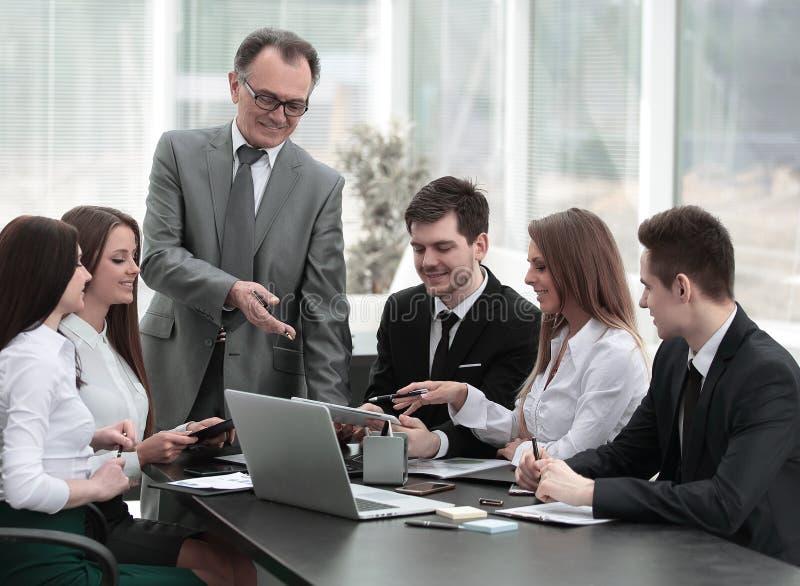 Ανώτερος επιχειρηματίας που συζητά με την επιχειρησιακή ομάδα για να απασχοληθεί στα ζητήματα στοκ εικόνα