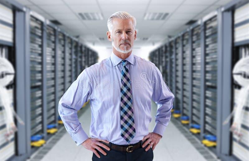 Ανώτερος επιχειρηματίας στο δωμάτιο κεντρικών υπολογιστών στοκ εικόνες