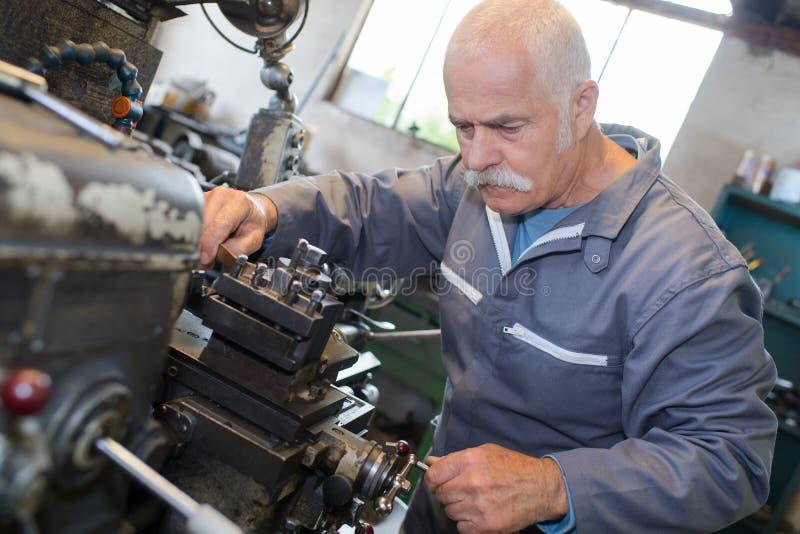 Ανώτερος εργαζόμενος στο εργοστάσιο μετάλλων στοκ φωτογραφία