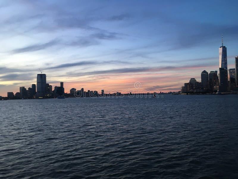 Ανώτερος κόλπος της Νέας Υόρκης κατά τη διάρκεια του ηλιοβασιλέματος τον Ιούνιο στη Νέα Υόρκη, Νέα Υόρκη στοκ εικόνες