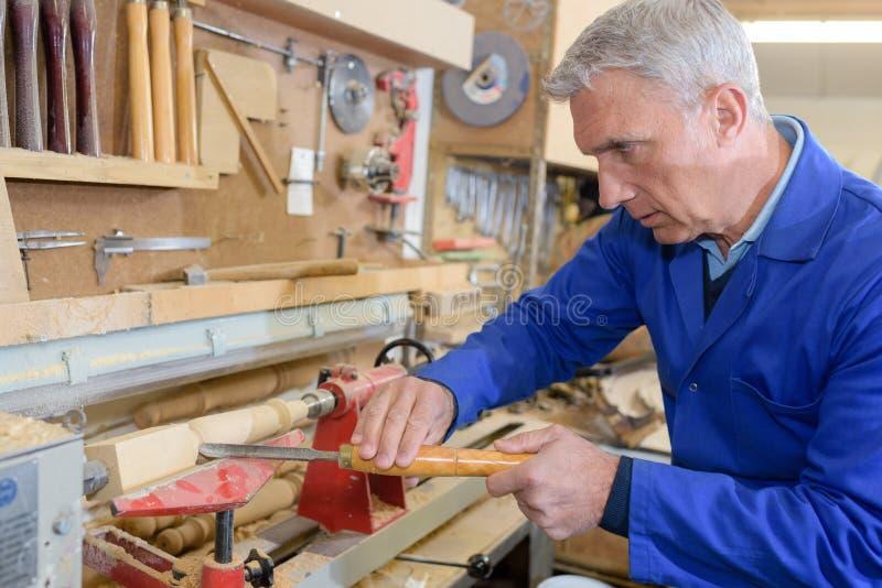 Ανώτερος ξυλουργός πορτρέτου κινηματογραφήσεων σε πρώτο πλάνο στην εργασία στοκ εικόνες