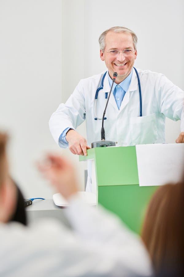 Ανώτερος ομιλητής ως δάσκαλο ιατρικής στοκ φωτογραφία με δικαίωμα ελεύθερης χρήσης
