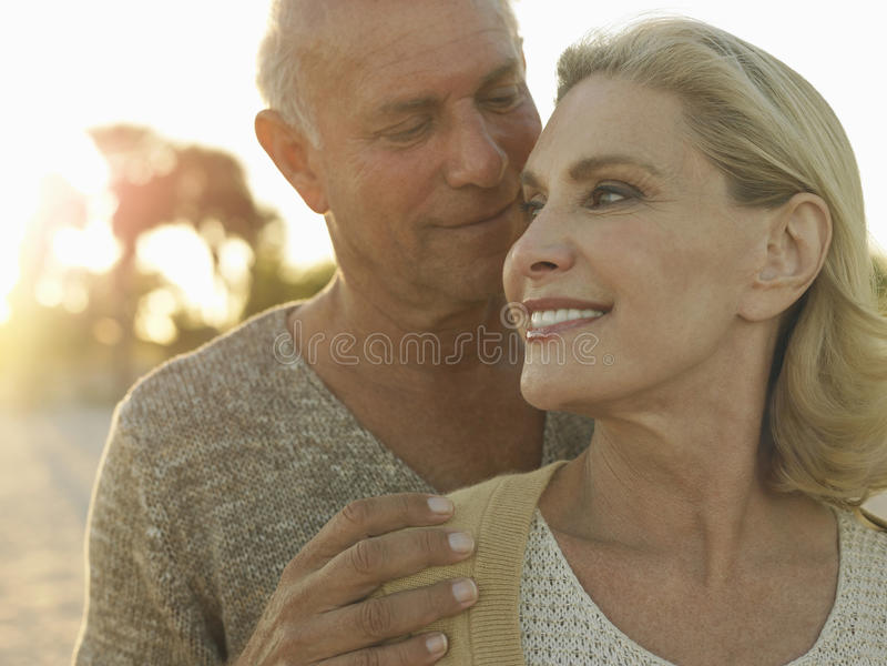 Ανώτερος ποιοτικός χρόνος εξόδων ζεύγους στην παραλία στοκ φωτογραφία με δικαίωμα ελεύθερης χρήσης