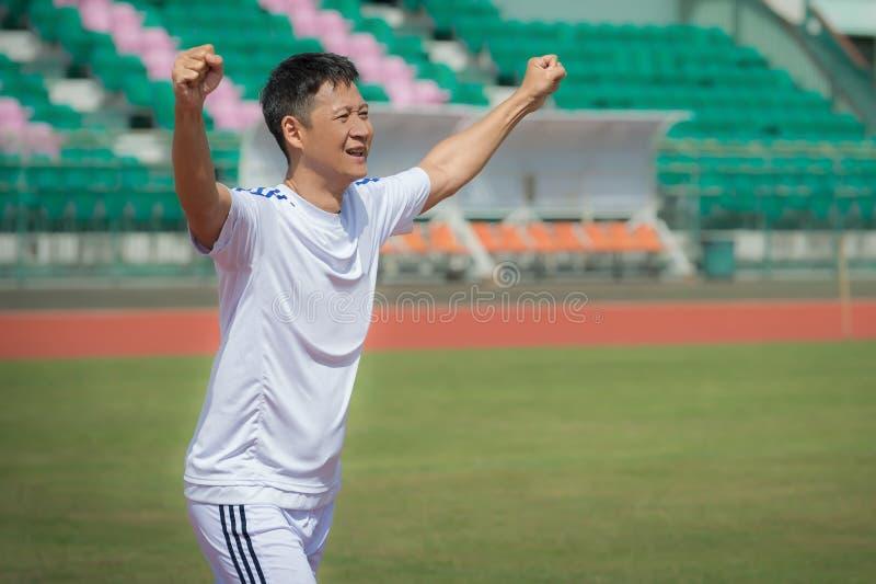 Ανώτερος ποδοσφαιριστής που γιορτάζει το νέο στόχο του στοκ φωτογραφίες