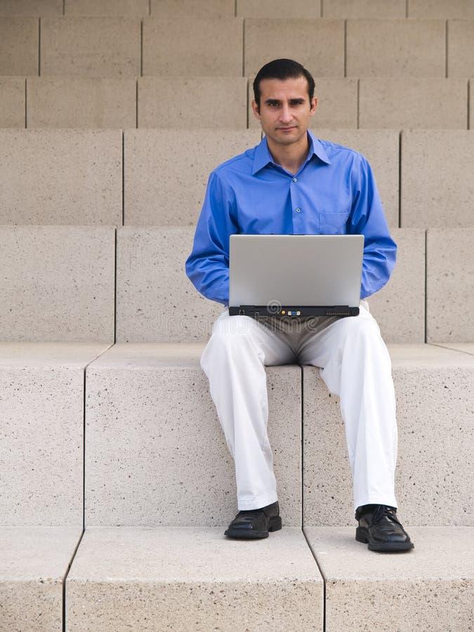 Ανώτερος υπάλληλος με το lap-top στοκ φωτογραφίες