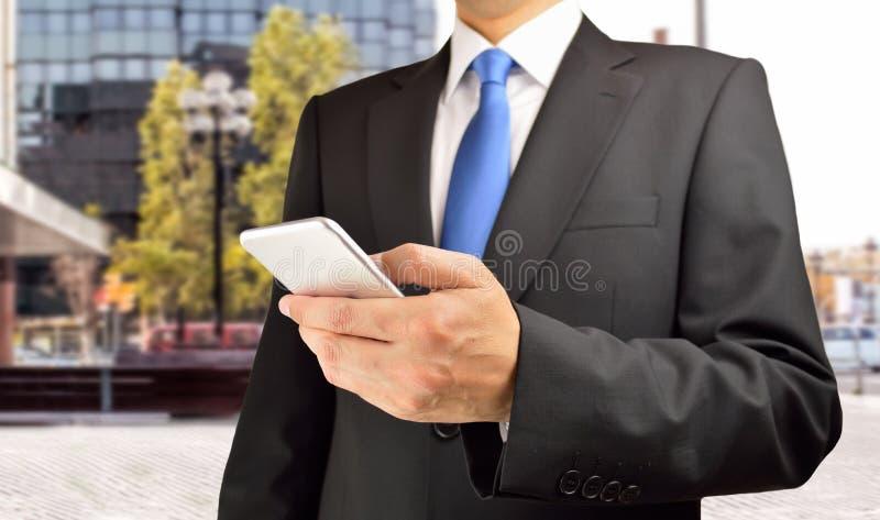Ανώτερος υπάλληλος με το smartphone στοκ φωτογραφία με δικαίωμα ελεύθερης χρήσης