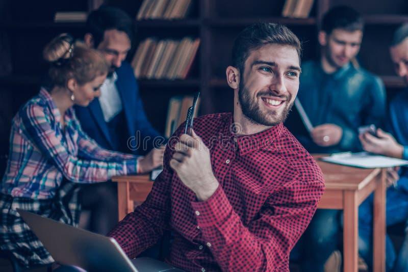 Ανώτερος υπάλληλος της επιχείρησης με το lap-top στο υπόβαθρο της επιχείρησης στοκ εικόνες